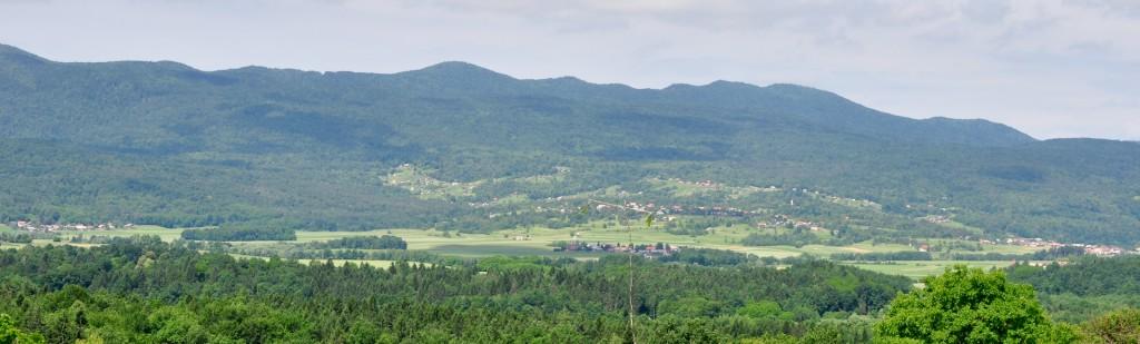 Pogled na zahodni rob Bele krajine - Tanča gora, v ozadnju začetek Kočevskega Roga
